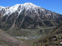 El pic del Tossal Mercader (2.547m) domina el vessant SE del poble de l´Ospitalet.