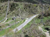 Guanyem altura sobre la vall i la carretera. Podem observar el pont de Sainte Suzanne i la zona on hem deixat el cotxe.