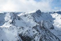 Vistes dels pics que fan frontera amb Andorra: el pic Negre d´Envalira, el pic d´Envalira i el pic de les Abelletes.