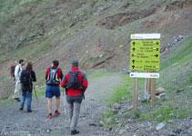 Seguim pel GR11, en direcció NO, per un camí ample que ens portarà fins al fons de la vall de Llauset.