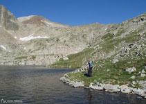 A poc a poc anem entrant en aquesta vall rocosa i anem trobant diversos petits estanys. són els estanyets de Coma Arnau.