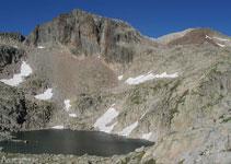 Diversos estanys i algunes zones encara amb neu de l´hivern ens acompanyen durant gran part del nostre recorregut.