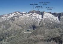 Inigualables vistes de l´estany i la cresta de Llosás, i dels emblemàtics pics del massís de la Maladeta.