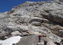 Existeixen diferents recorreguts de baixada, tots ells requereixen sortejar roques de diferents mides.