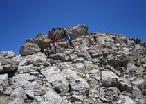 A poc a poc el camí es torna més evident. Anem esquivant grans blocs rocosos.