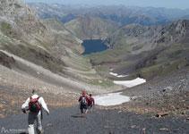 Baixem per una pronunciada tartera negra cap al fons de la vall de Llauset.