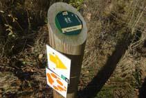 El pal de fusta de mig metre indica el camí cap al pont de l´Afrau.