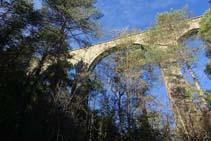 Els arcs del pont de l´Afrau des de sota.
