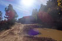 La pista arriba a una bassa i a les granges Billot.