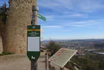 Un senyal vertical ens indica el camí que baixa cap a Solsona.