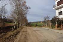 El carrer acaba i la pista de terra continua remuntant el riu Negre.