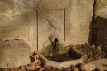 El corb esculpit de la font del Corb.