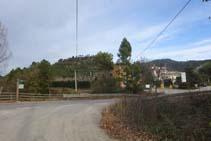 Creuem la carretera de Lladurs i arribem al Càmping El Solsonès.