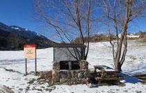 Zona de barbacoa amb unes taules per passar un bon dia a la muntanya.