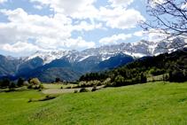 Prats i muntanyes nevades de la serra del Cadí.