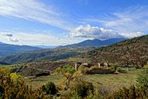 L´enrunada casa de Sant Quintí. A la llunyania es veu el poble Lles de Cerdanya.