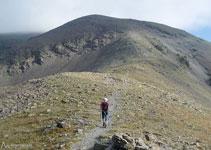 El cim que tenim davant no és el cim principal del Puigmal, aquest queda amagat a darrere, ben a prop.