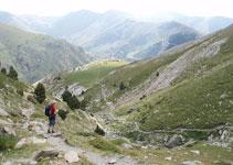Des de la Coma de l´Embut, al fons ja podem veure les pistes d´esquí de l´estació de Vall de Núria.