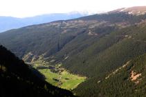 Vistes al Pla de Campllong al fons de la vall.