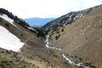 Mirada enrere per observar la gran vall de la Cerdanya, al fons, i les muntanyes de la serra del Moixeró.