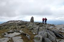 Una gran fita de pedres ens indica que ja hem arribat al cim del Puigpedrós.