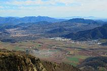 Vistes d´Olot, les Preses i la Mallol, amb el paisatge volcànic que envolta la cubeta olotina.