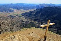 Vista des del cim sobre la Vall d´en Bas.