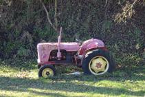 Vell tractor utilitzat en les feines agrícoles.