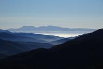 Vistes al S amb el massís del Montseny i la plana de Vic sota la boira.