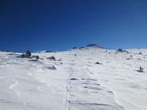 Zona de poc pendent a punt de passar al vessant nord del Serrat des Clotes