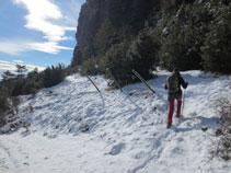 Girem a l´esquerra pel sender que va pel peu de la Roca de Canalda