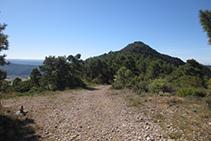 Mirada enrere: pista de l´esquerra cap al Roc de Cogul (al fons).