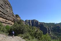 Rodegem la Roca del Corb en sentit antihorari (la Roca ens queda a la nostra esquerra en tot moment).