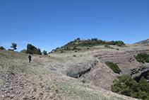 Caminem per l´altiplà de la Roca del Corb en direcció al seu cimet (al fons).