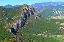 Roc de Rombau i hotel Can Boix de Peramola des del Roc de Cogul.