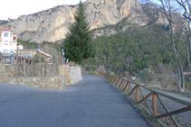 Rodegem l´hotel per un camí asfaltat que el rodeja per la dreta.