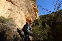 Passem pel costat d´una gran paret de roca.