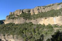 Vistes de la gran paret de roca que ens queda a l´esquerra (O).