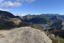 Conca del Segre i pantà d´Oliana. A la llunyania, el Cadí i Port del Comte (NE).