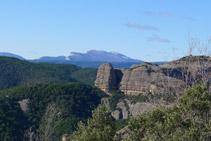 En primer terme, la Roca del Corb i a la llunyania el Montsec, inconfusible!