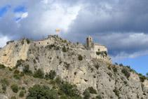 Mirada enrere: l´església de Santa Maria de Castell-llebre a dalt del penya-segat.