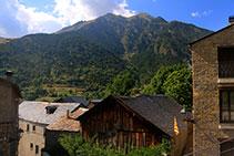 Poble de Senet. Cases antigues de pedra i fusta.