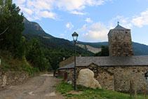 Església del poble, amb el barranc de l´Esbornada al fons.