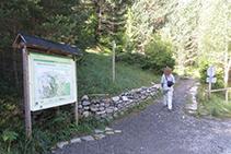 Agafem el camí que comença al davant de la caseta d´informació del Parc.