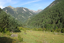 Mirada enrere cap a la part baixa de la vall de Sant Nicolau.