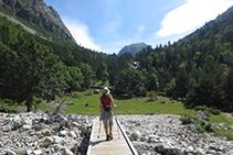 Una passarel·la de fusta ens permet superar un tram on hi ha moltes roques.