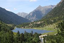 Mirada enrere: la vall de Sant Nicolau i l´estany de la Llebreta, una de les estampes més fotografiades del Parc Nacional.