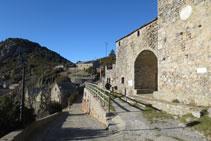 El camí comença al davant de l´església de San Martín.