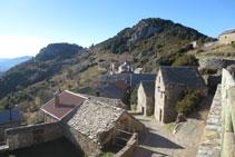 Des de Tella, podem veure les ermites de la Verge de la Peña i de la Verge de Fajanillas (al fons).