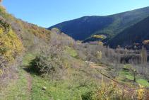 Bifurcació, nosaltres seguim recte endavant pel camí que flanqueja la muntanya.
